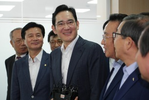 Lee Jae-yong (middle), the only son of a bedridden Samsung Chairman Lee Kun-hee, effectively controls the company but has yet to seat on the board of directors at the company. His business school peer, Paul Jobin, now a professor in France, asks him to sincerely negotiate with SHARPS. Source: SamsungTomorrow.com